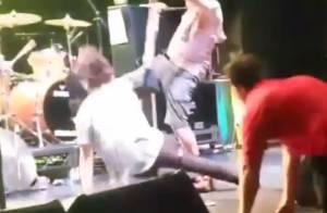 Fat Mike (NOFX) : L'icône punk frappe violemment un fan en plein concert...