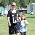 Kendra Wilkinson, enceinte, avec son mari Hank Baskett et leur fils Hank à Woodland Hills, le 30 mars 2014.