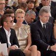 Sean Penn et Charlize Theron lors du défilé Christian Dior à Paris, le 7 juillet 2014.