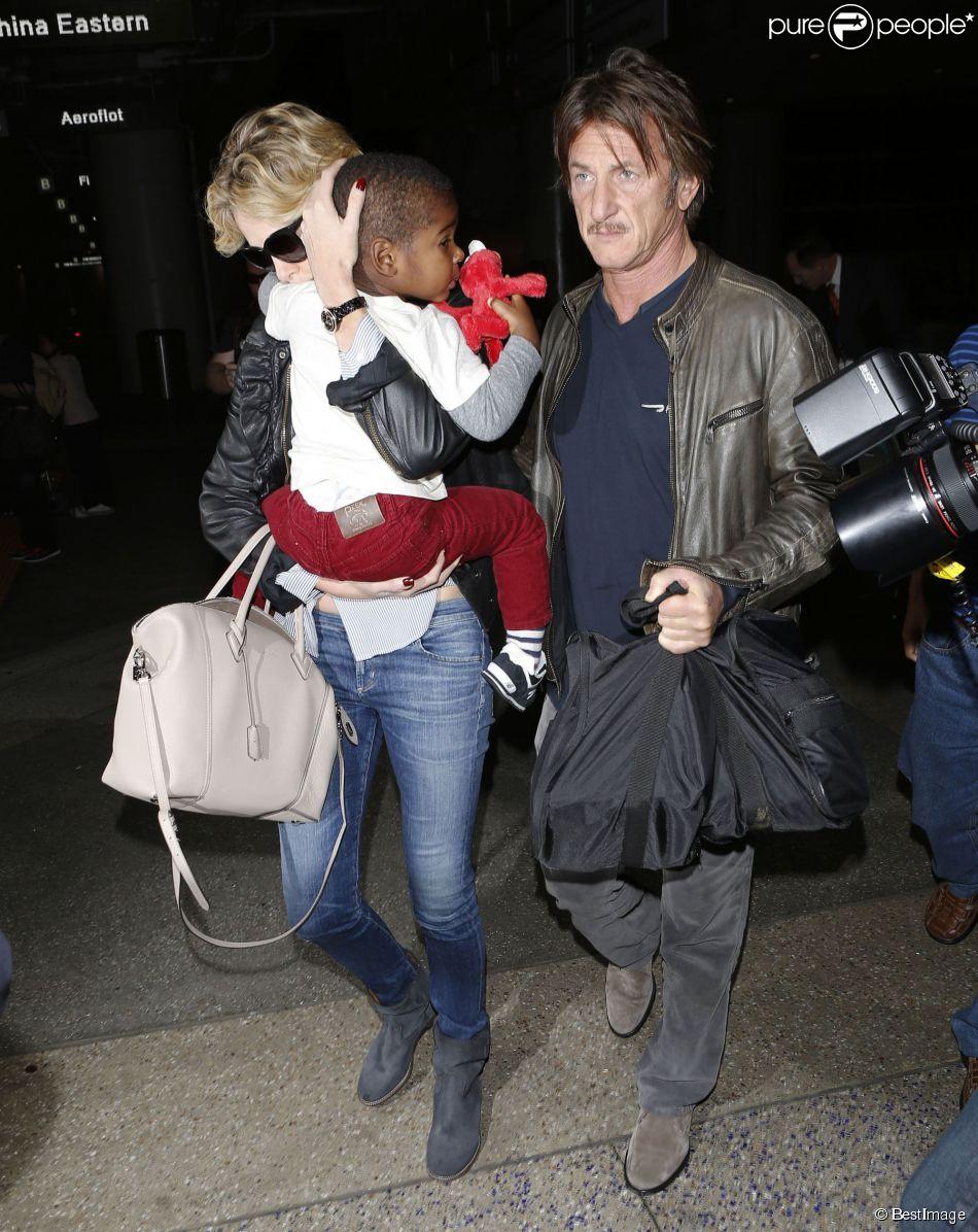 Charlize Theron, son fils Jackson et son petit ami Sean Penn arrivent à l'aéroport de Los Angeles, le 29 mai 2014