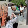 Jackson, le bébé de Charlize Theron dans ses bras, au côté de sa nounou, à Paris le 9 mai 2012