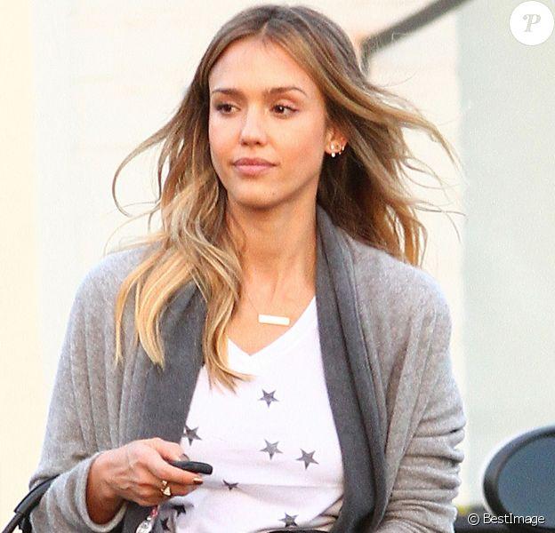 Exclusif - Jessica Alba se rend chez le coiffeur à Los Angeles, le 16 novembre 2014 et a troqué ses cheveux bruns pour un blond lumineux.