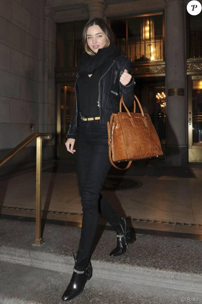 miranda kerr tout de noir v tue new york porte une veste en cuir balenciaga un sac michael