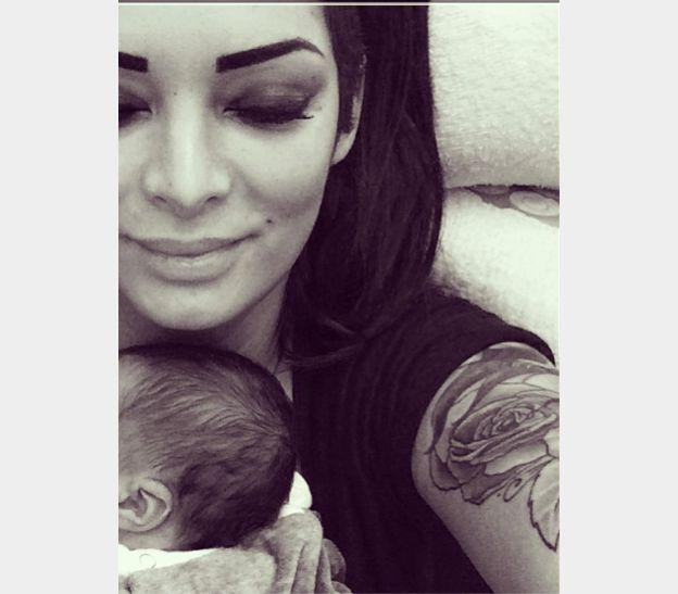 Emilie Nef Naf sert très fort contre elle son petit garçon Menzo. La jolie brune, compagne du footballeur Jérémy ménez, a donné naissance à son deuxième enfant à la mi-novembre. Novembre 2014.