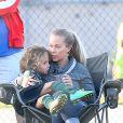 Kendra Wilkinson avec son fils, Hank Baskett Jr, à Los Angeles, le 27 septembre 2014.