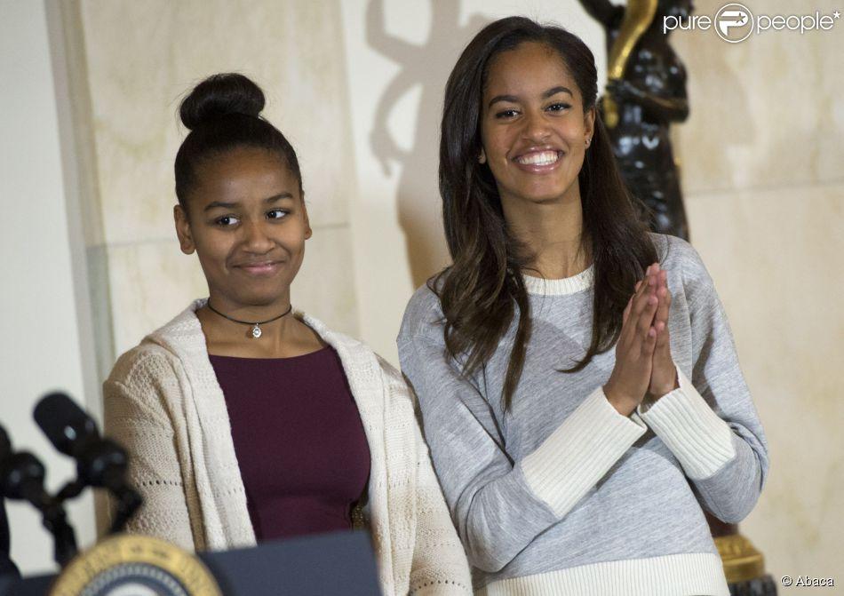 Barack Obama et ses filles Malia et Sasha ont grâcié une grosse dinde pour Thanksgiving à la Maison Blanche, le 26 novembre 2014