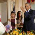 Le démocrate Barack Obama et ses filles Malia et Sasha ont grâcié une dinde pour Thanksgiving à la Maison Blanche, le 26 novembre 2014