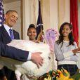 Barack Obama et ses filles Malia et Sasha ont grâcié une dinde pour Thanksgiving à la Maison Blanche, le 26 novembre 2014