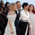 """Chloé Grace Moretz, Olivier Assayas, Juliette Binoche et Kristen Stewart - Montée des marches du film """"Sils Maria"""" lors du 67e Festival du film de Cannes le 23 mai 2014."""