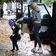 Abbey Clancy dépose sa fille Sophia à une fête d'Halloween à Londres, le 30 octobre 2013