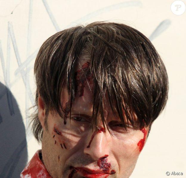Mads Mikkelsen en sang sur le tournage de la saison 3 de Hannibal à Florence, le 18 décembre 2014.