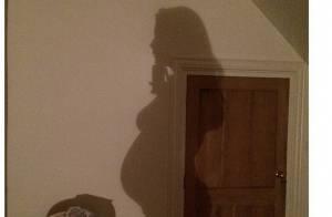 Liv Tyler, enceinte et amoureuse, dévoile son baby bump prononcé