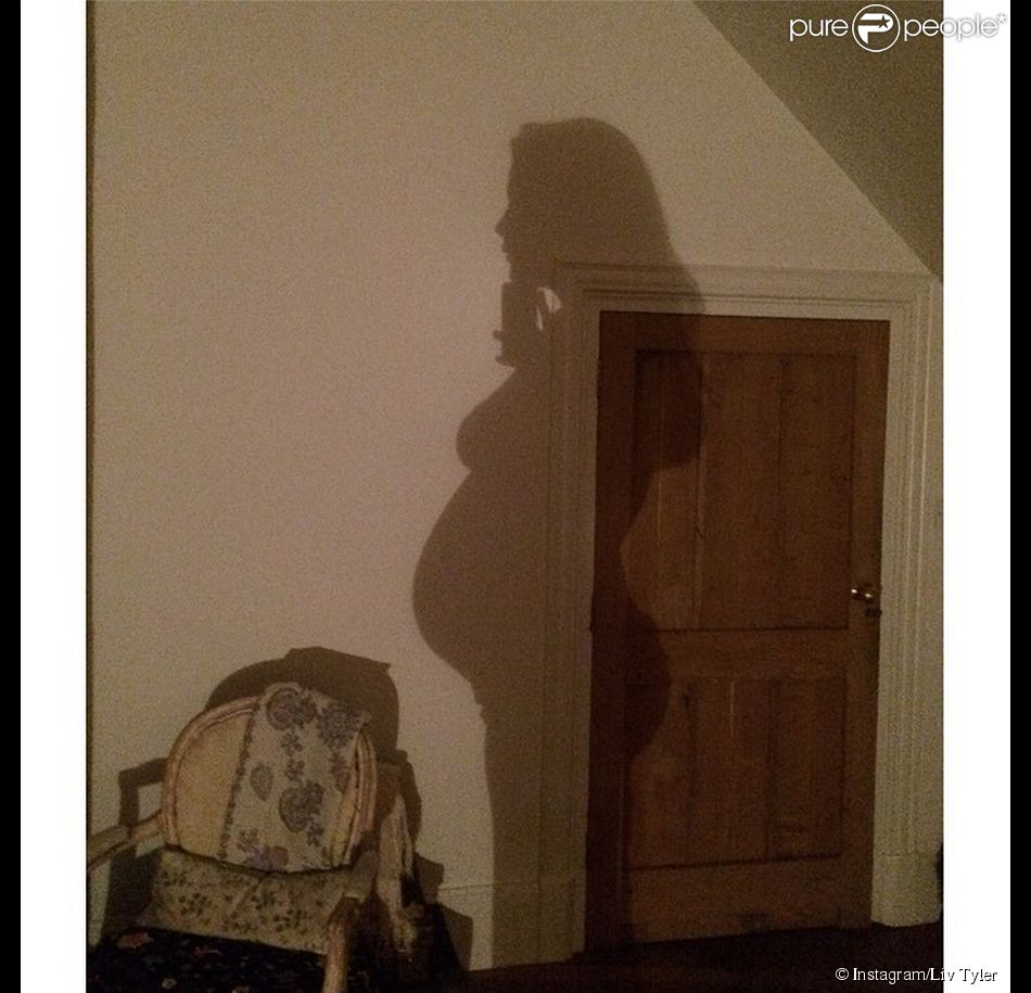 Pour dire à 2014, Liv Tyler dévoile sa silhouette arrondie sur Instagram. L'actrice de 37 ans est enceinte de son deuxième enfant.