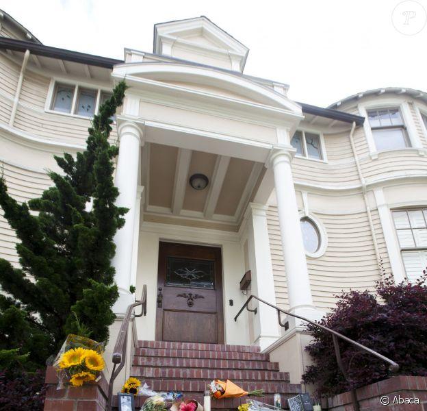 Hommages à Robin Williams devant la maison qui a servi pour le film Madame Doubtfire à San Francisco le 12 août 2014