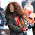 Thandie Newton et son petit bébé marchent jusqu'au plateau de tournage de la nouvelle série The Slap dans laquelle joue l'actrice, à New-York le 5 janvier 2015.