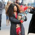 Thandie Newton et son petit bébé Booker marchent jusqu'au plateau de tournage de la nouvelle série The Slap dans laquelle joue l'actrice, à New-York le 5 janvier 2015.