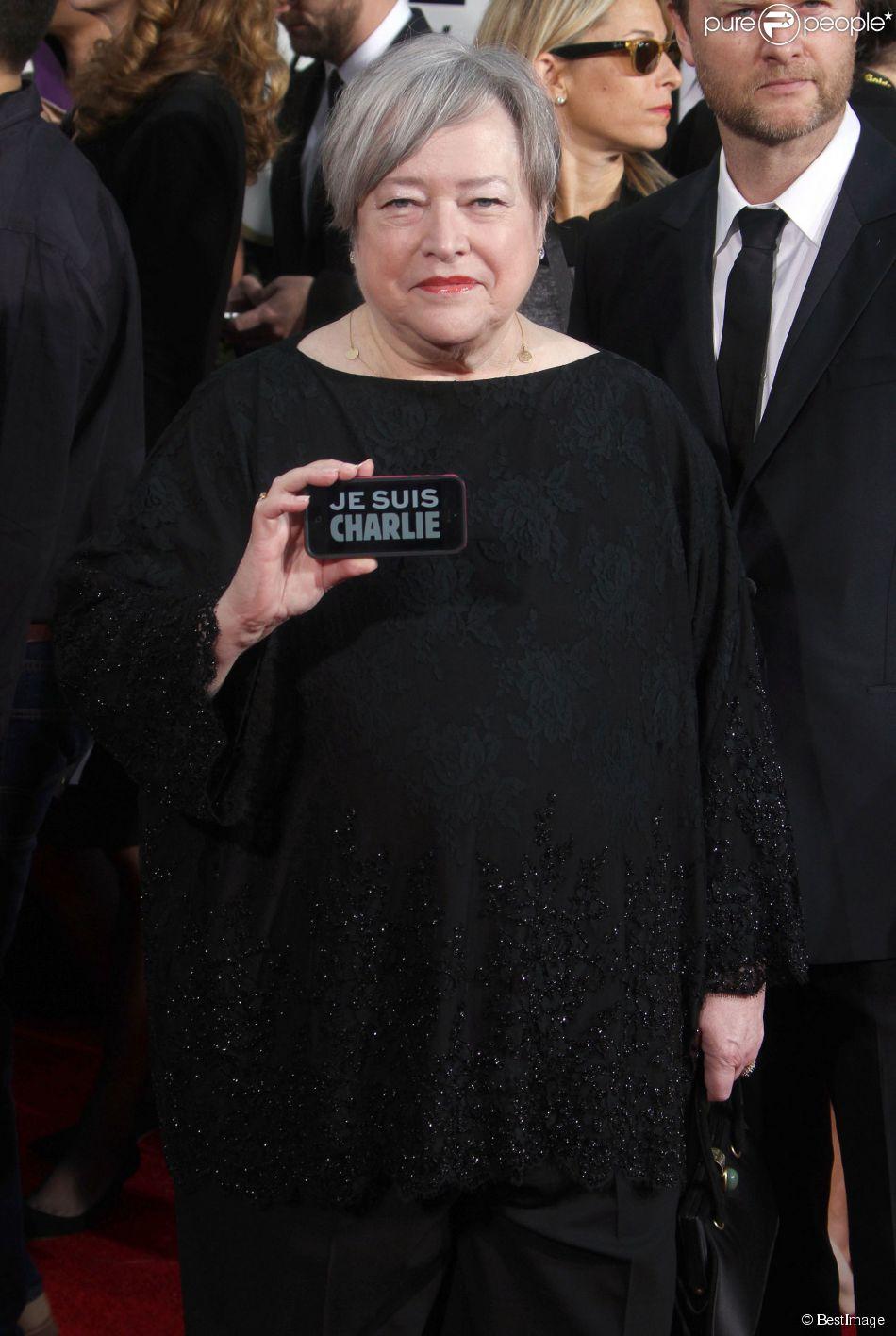 """Kathy Bates - """"Je suis Charlie"""" à la 72e cérémonie annuelle des Golden Globe Awards à Beverly Hills, le 11 janvier 2015."""