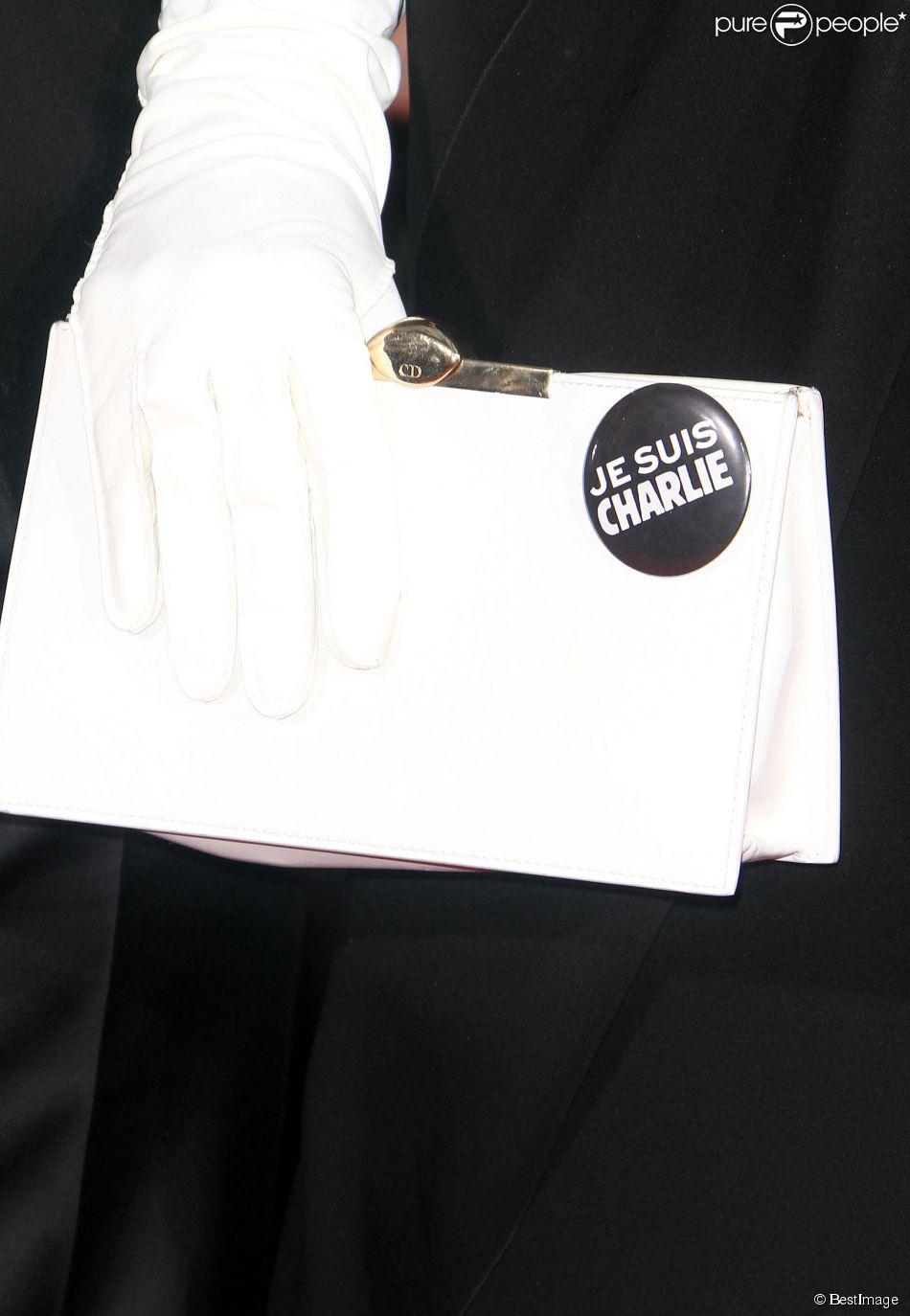 """Amal Alamuddin (Pochette Christian Dior) - """"Je suis Charlie"""" à la 72e cérémonie annuelle des Golden Globe Awards à Beverly Hills, le 11 janvier 2015."""