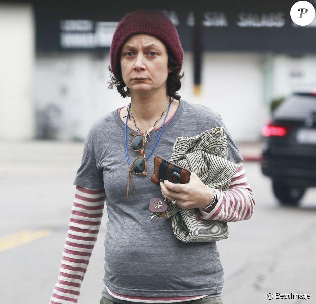 Exclusif - Sara Gilbert (enceinte) se promène dans les rues de Studio City. Le 11 janvier 2015