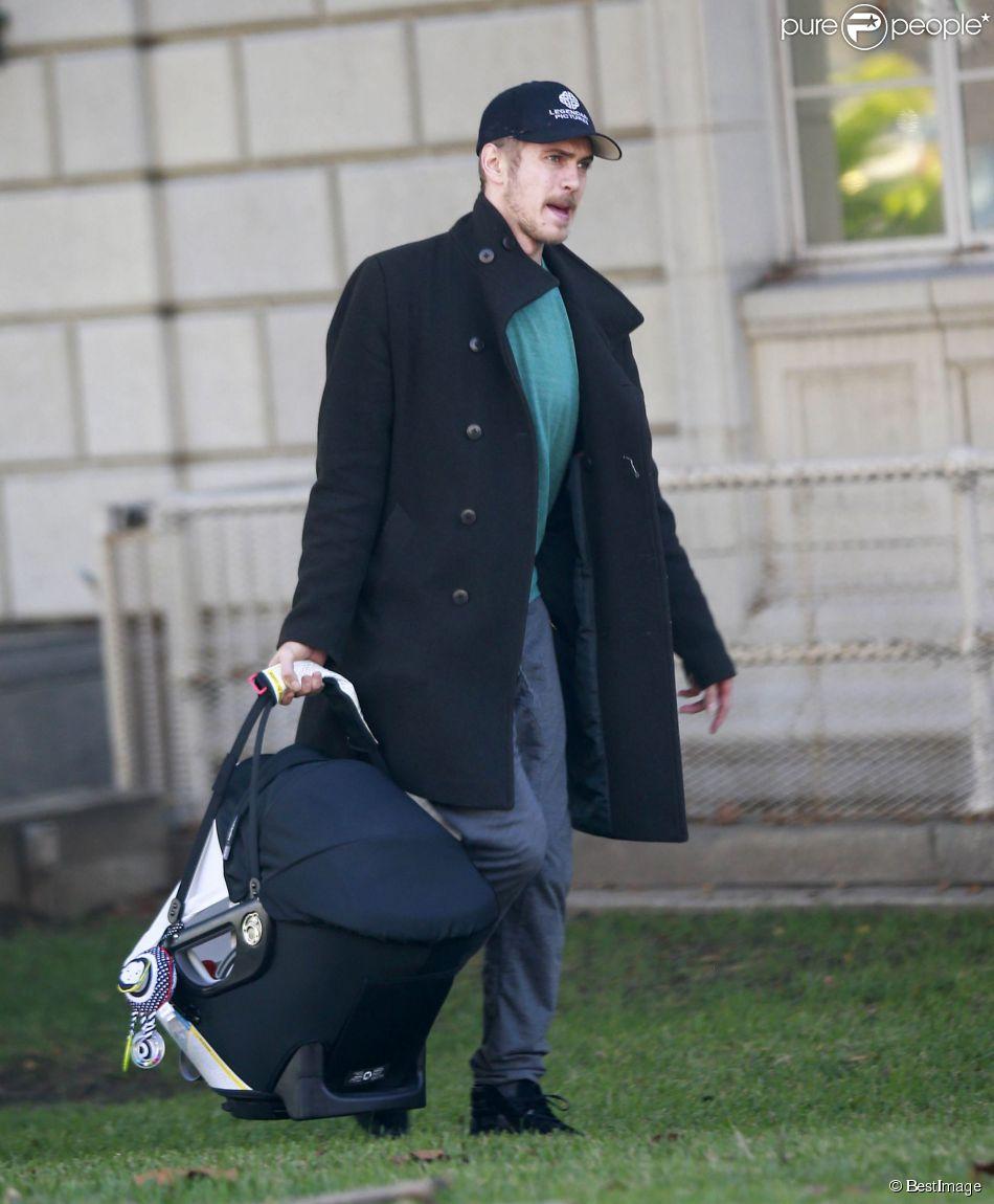 Exclusif - Rachel Bilson et son compagnon Hayden Christensen se promènent avec leur fille Briar Rose à Pasadena, le 13 janvier 2015. Les jeunes parents sont allés faire faire un passeport à leur fille