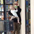 Kristen Bell et Dax Shepard sont allés déjeuner avec leur fille Lincoln et d'autres membres de la famille à Hawaii, le 17 mars 2014