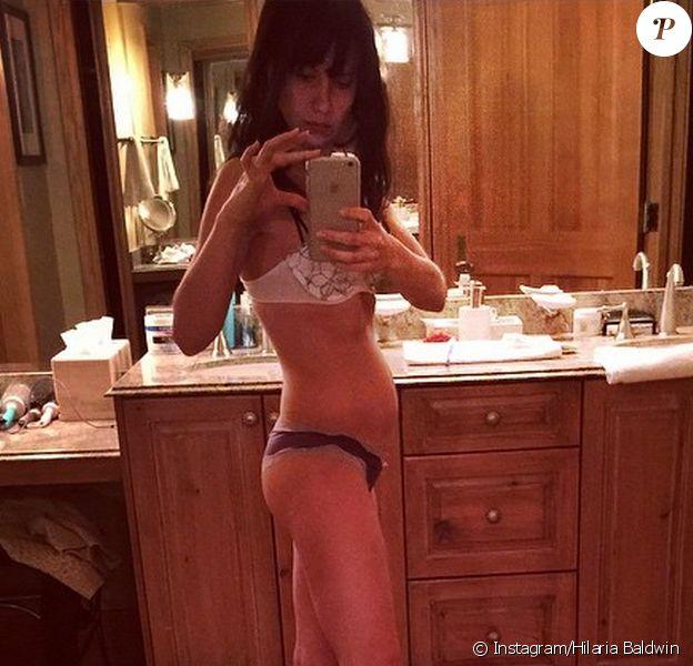 Hilaria Baldwin, enceinte d'un petit garçon, se félicite de voir son ventre s'arrondir. Un selfie posté sur Instagram le 18 janvier 2014.