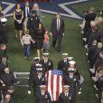Taya Kyle et ses deux enfants aux funérailles de Chris Kyle à Arlington, le 11 février 2013.