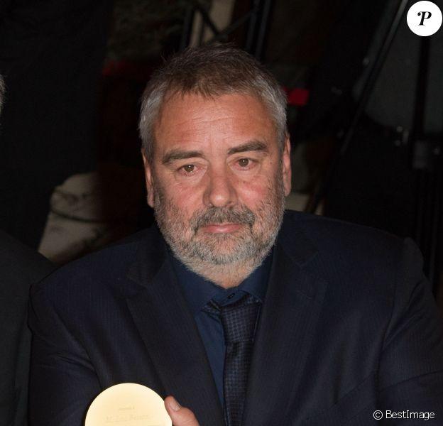 Luc Besson et sa Médaille d'Or de l'Académie des Arts et Techniques du Cinéma - Remise de la Médaille d'Or de l'Académie des Arts et Techniques du Cinéma à Luc Besson par Alain Terzian, à la Monnaie de Paris, le 19 janvier 2015.