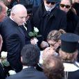 Marie (femme de Demis Roussos), le frère de Demis Roussos (chapeau noir), Emilie et Cyril (enfants de Demis Roussos) - Obsèques du chanteur Demis Roussos au premier cimetière d'Athènes en Grèce le 30 janvier 2015.