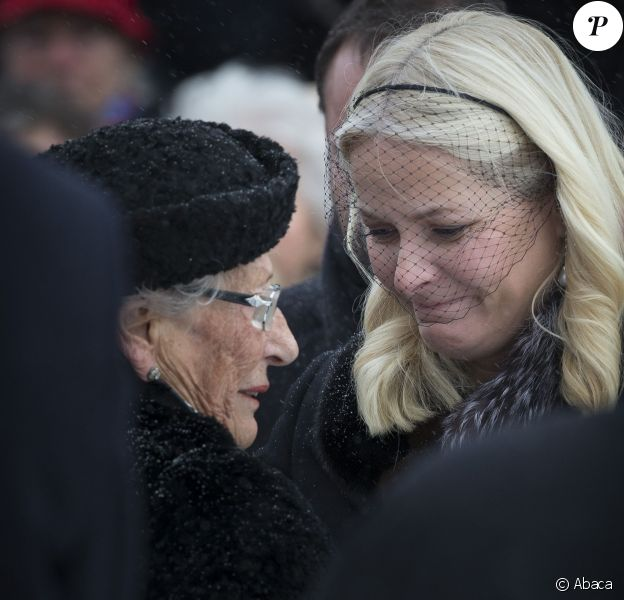 La princesse Mette-Marit de Norvège réconfortant la princesse Astrid aux obsèques de son mari Johan Martin Ferner, le 2 février 2015 en la chapelle d'Holmenkollen, en périphérie d'Oslo.