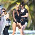 Doutzen Kroes pose pour le photographe Gilles Bensimon lors d'un shooting sur une plage de Miami le 12 février 2015.