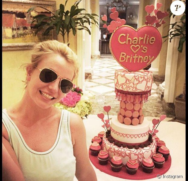 Britney Spears a reçu une somptueuse pièce montée faite de macarons, cupcakes et chocolats, pour la Saint-Valentin, le samedi 14 février 2015.