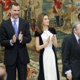 La reine Letizia d'Espagne, dans une robe Carolina Herrera, et le roi Felipe VI d'Espagne remettaient le 16 février 2015, au palais du Pardo à Madrid, les Prix nationaux de la Culture 2013.