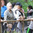 Gwen Stefani passe la journée au zoo avec ses fils Zuma et Apollo à Los Angeles, le 20 février 2015