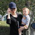 La chanteuse Gwen Stefani passe la journée au zoo avec ses fils Zuma et Apollo à Los Angeles, le 20 février 2015