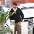 Exclusif - Jack Osbourne fait le plein d'essence de sa Ferrari dans une station service à Los Angeles, le 9 mai 2014. Avant de repartir au volant de sa voiture de luxe, Jack Osbourne est allé s'acheter un paquet de chips.