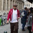 """EEXCLUSIVE - Ben Harper dans les rues de Bruxelles Ben Harper et sa petite amie savourent les gaufres belges de la célèbre biscuiterie"""" Dandoy """", dans les rues de Bruxelles."""
