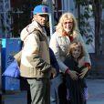 Laura Dern et son mari Ben Harper avec leur fille Java regardent le marathon dans les rues de Los Angeles, le 17 mars 2012