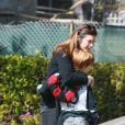 Exclusif - Premières photos de Julia Roberts depuis le décès de sa mère, à Los Angeles, le 19 février 2015. Âgée de 80 ans, Betty Lou, souffrait d'un cancer du poumon. Elle est décédée le jeudi 19 février au matin. Entourée de sa famille et de ses amis, l'actrice s'est rendue dans la maison de sa mère quelques heures après la mort de cette dernière