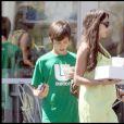 Exclusif : Oksana Grigorieva, enceinte de l'enfant de Mel Gibson, avec son fils Alexander qu'elle a eu avec Timothy Dalton, en 2009 à Los Angeles