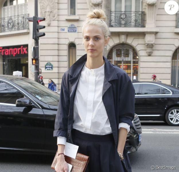 Aymeline Valade arrive à la Garde Républicaine pour assister au défilé Hermès automne-hiver 2015-2016. Paris, le 9 mars 2015.