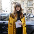Miroslava Duma arrive à la Garde Républicaine pour assister au défilé Hermès automne-hiver 2015-2016. Paris, le 9 mars 2015.