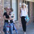 La chanteuse Gwen Stefani se rend chez des amis avec son fils Apollo avant d'aller à sa séance d'acupuncture à Los Angeles, le 9 mars dernier