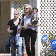 La chanteuse Gwen Stefani se rend chez des amis avec son fils Apollo avant d'aller à sa séance d'acupuncture à Los Angeles, le 9 mars 2015.