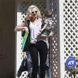 Gwen Stefani se rend chez des amis avec son fils Apollo avant d'aller à sa séance d'acupuncture à Los Angeles, le 9 mars 2015.