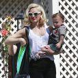 Gwen Stefani se rend chez des amis avec son fils Apollo avant d'aller à sa séance d'acupuncture à Los Angeles, le 9 mars dernier