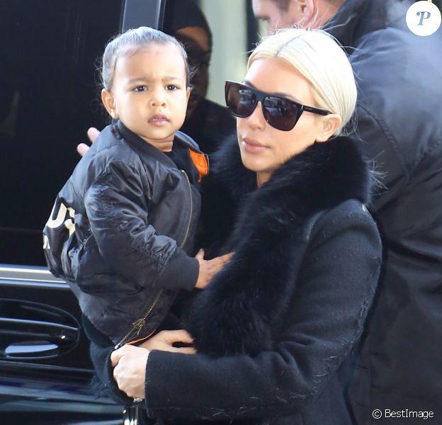 Kim Kardashian et sa fille North arrivent à l'aéroport de Roissy-Charles-de-Gaulle. Le 12 mars 2015.