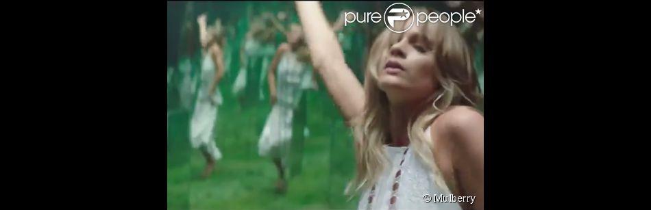 Cressida Bonas dans The Buttercup Dress - Explore the Season, un épisode de From England with Love, campagne de la marque Mulberry. Vidéo réalisée par Ivana Bobic, avec Freddie Fox.