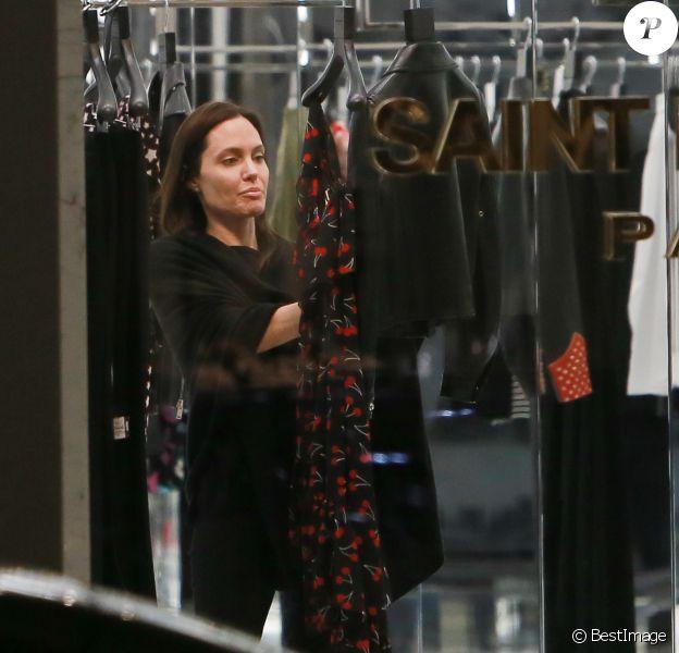 Exclusif - Angelina Jolie fait du shopping chez Saint Laurent à Beverly Hills, le 5 mars 2015.