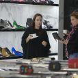 Exclusif - Angelina Jolie au naturel, fait du shopping chez Saint Laurent à Beverly Hills, le 5 mars 2015.